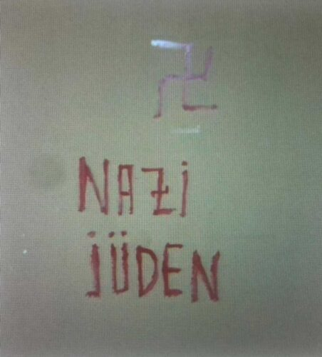 Обидевшаяся на соседей жительница Хайфы изрисовала общий дом свастиками