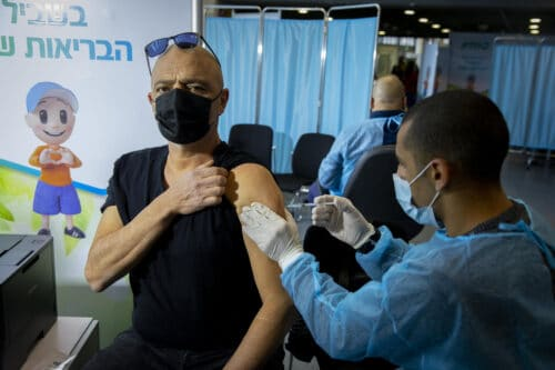 После первой прививки 1,600 израильтян заразились коронавирусом