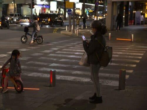 Новые ПДД запрещают переходить дорогу с мобильником в руках и возить ребенка на переднем сиденье