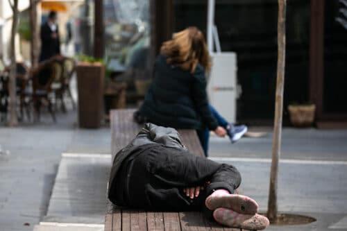 Число израильтян, живущих за чертой бедности, в кризисном 2020 году не только не увеличилось, но и сократилось
