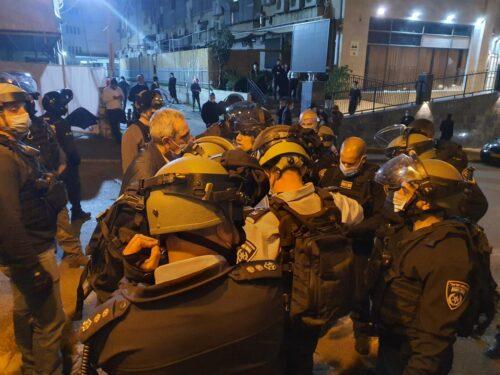 Арестовано шестеро ночью в Бней-Браке — сотрудников полиции хотели вытащить из машины и линчевать