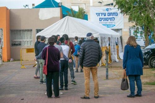 7,737 новых случаев коронавируса в Израиле, процент положительных тестов и не думает снижаться