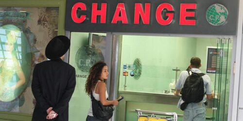 В Израиле закрывают многие пункты обмена иностранной валюты – «Change», обменники